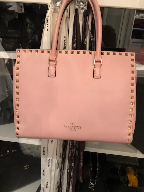 Authentic Valentino purse good condition comes with dust bag  20a176dc-a3ff-4a07-a08d-27f7a2ba08c4