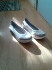 pair of gray   heeled shoes Stratford, N5A 2T7