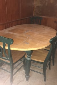 Table and 4 chairs was in storage very dusty but still functions. Glen Burnie, 21060