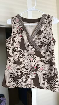White, black, pink, and gray floral V-neck sleeveless top Springfield, 22153
