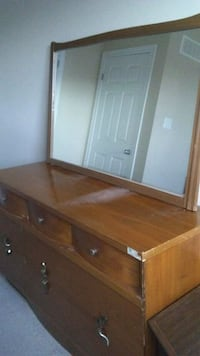 Dresser with glass Guelph, N1E