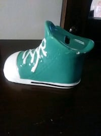 unpaired green and white Nike high-top sneaker 900 mi