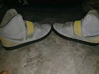 unpaired gray and yellow Nike high-top sneaker Paris, 38242