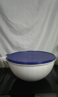 Large 32 cup tupperware bowl Bedford, 44146