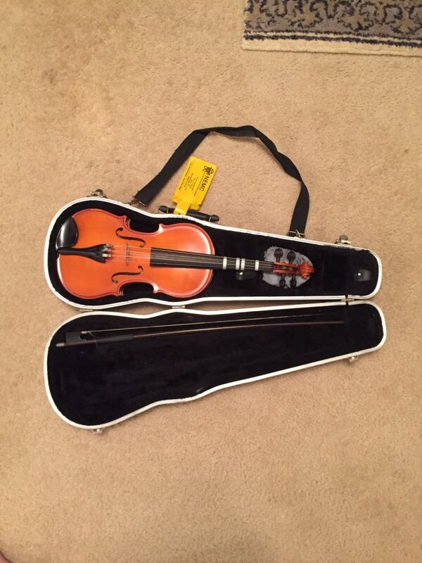 Brown violin with bow in case 808de3d3-f577-4961-a980-f81bf2645b51