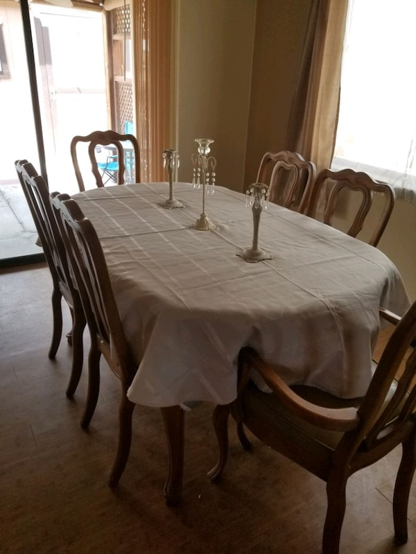 Dinning room table with 6 chairs and 3 leaves  31505209-4a3b-427d-aeb6-46c6d2d0f211