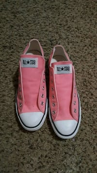 pair of pink Converse low-top sneakers Springfield, 97478