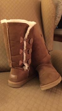 Ugg size 9  Dudley, 01571