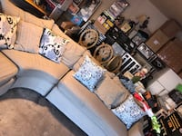 Beautiful sectional w/all pillows  1454 mi