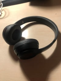 Beats solo 3 wireless  North Vancouver, V7N 3R6