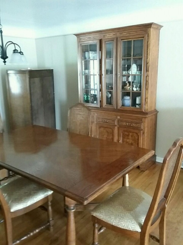 Solid Oak 6 Pc Dining Room Set Mint Condition
