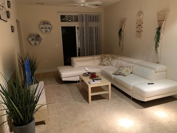 White Leather Sectional 6e063a7c-0f6b-4783-a496-6dc857466079