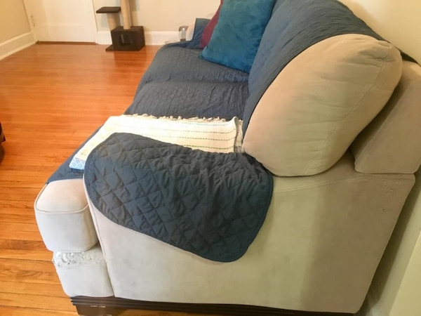 Free large couch 7d6f8814-c768-422d-aabb-341efed8452e