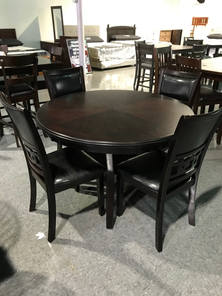 Photo Dark brown round table and chairs