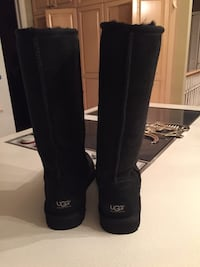 Women's pair of black Uggs size 7 classic brand new Coquitlam, V3K