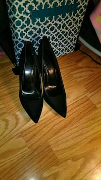 pair of black pointed-toe pumps Minneapolis, 55411