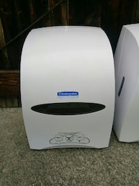 Paper towel dispensers like new
