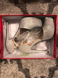 Gray and Silver Closed Toed Stilettos Oro-Medonte, L0L