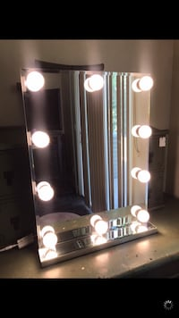 Lighted makeup mirror  Manteca, 95337