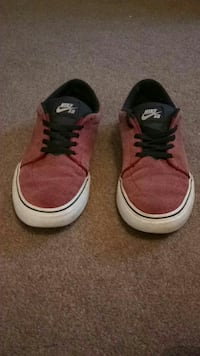 pair of red Nike SB low-top sneakers Southend-on-Sea, SS2