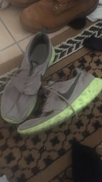 pair of gray-and-green Nike sneakers Thorold, L2H