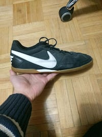 unpaired black and white gum Nike low-top shoe