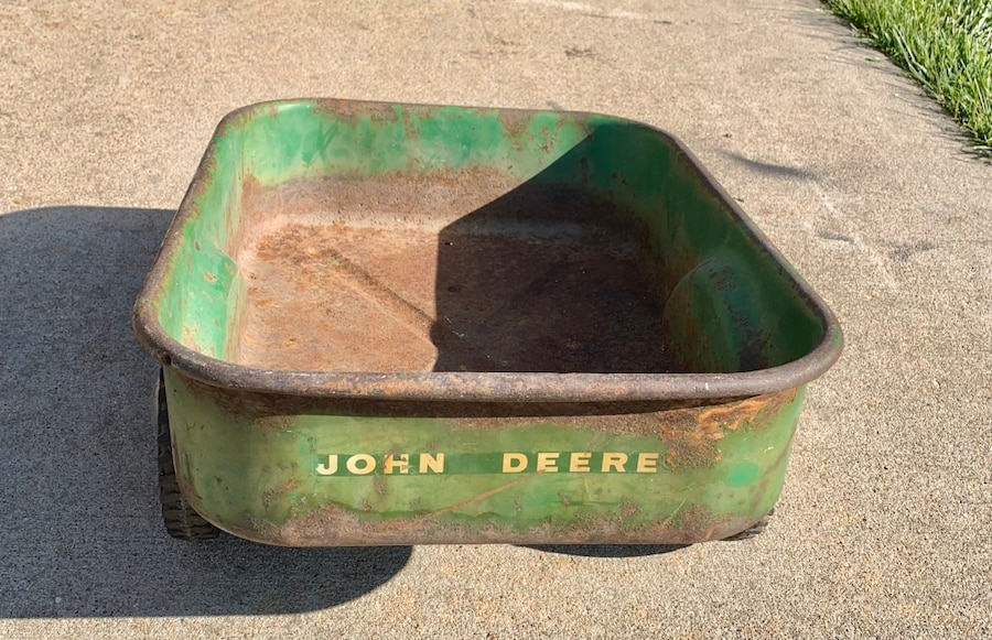 Photo John deere toy trailer, needs a paint job