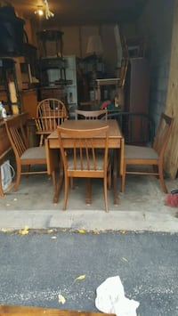 Table and chairs,with two more leafs Cedar Rapids, 52403