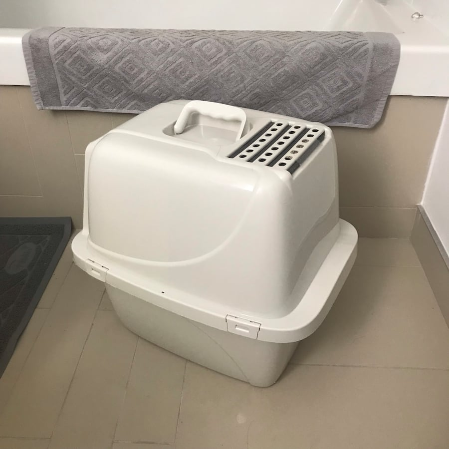 Litter box lightly used  acc4175a-2280-450a-bc99-8590247293b2