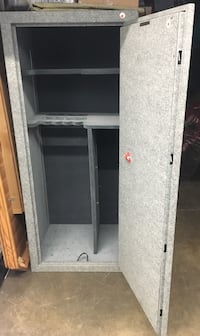 Gun Safe or use as all purpose Safe.  Metal, fireproof, in very good condition.  Must arrange to pick up heavy item.   550 km