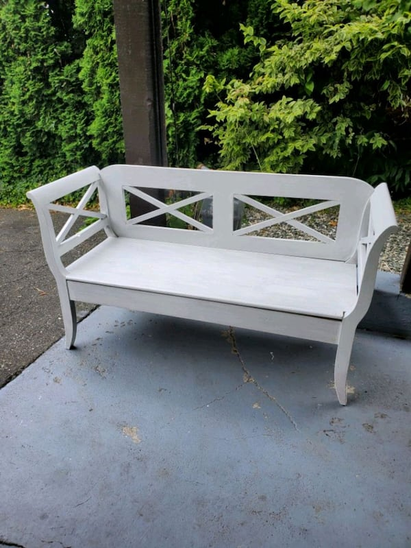 chic white bench 8060d1c8-2c55-4097-970a-2a061550cdf6