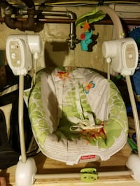 baby's white and green swing chair Waupun, 53963