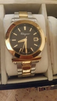 round gold-colored analog watch with link bracelet Boisbriand, J7G 1N3