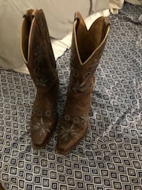 Pair of brown leather cowboy boots size 6.5 Shyanne  null