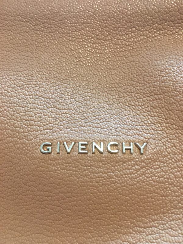 Like new authentic Givenchy med Pandora in sugar goatskin leather fb9f8d4d-fa25-4230-bb00-1166246797cc