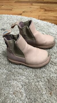 Size 7 Pale pink Native boots New Westminster, V3L 1M3