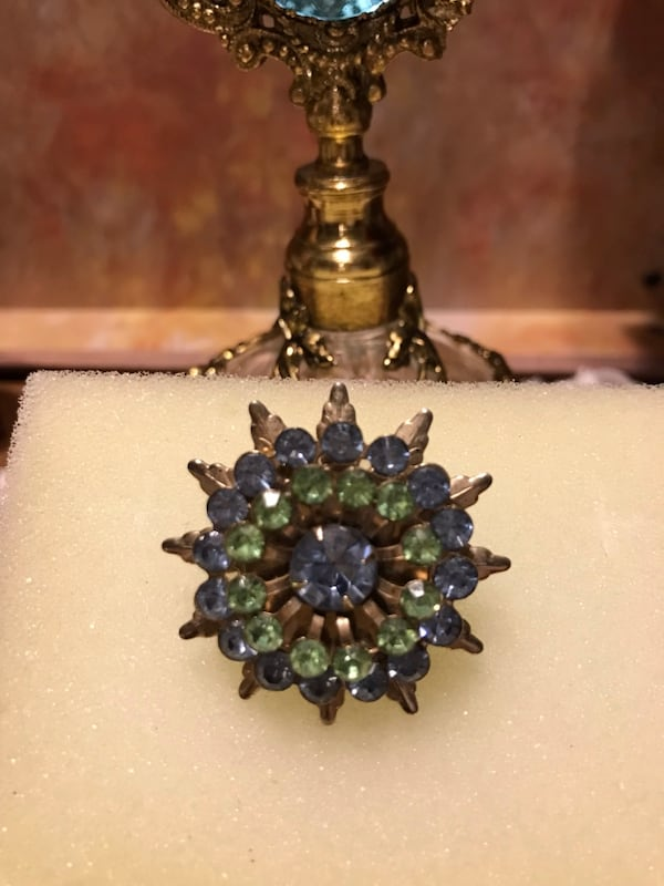 Pretty! Vintage Gold peridot Green&Blue Sapphire Stone Pin 5362bd57-d332-44d3-9285-af7aaa26a49c