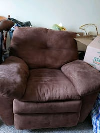 Brown recliner Southfield, 48075