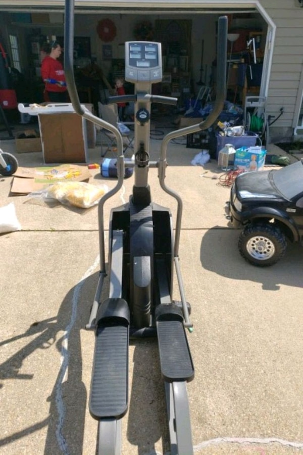 black and gray elliptical trainer 23723a47-2afe-47b0-a364-bfb081c1c6f7