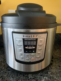 Stainless steel and black instant pot slow cooker Fairfax, 22033