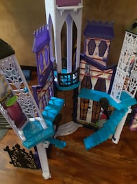 FREE Monster High Castle   Available for porch pick-up in Newmaket.