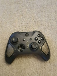 black Xbox One game controller Frankfurt am Main, 60439
