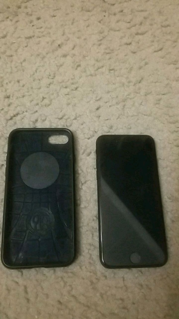 black iPhone 7 and case
