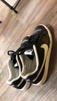 pair of black-and-white Nike low-top sneakers 872 mi