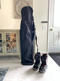[Like New] SNOWBOARD WITH BAG AND BOOTS Boyds, 20841