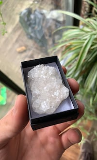 Quartz cluster with gift box