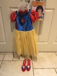 Disney Snow White costume with wig and shoes.  Costume worn once, like new. Size 4/5. Newmarket, L3X 1R4