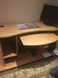 brown wooden desk in excellent condition. Laval, H7L 6A7