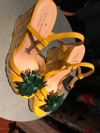 Pair of yellow-and-black leather sandals Vaughan, L4H 1Y9