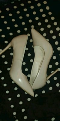 pair of white leather pointed-toe pumps